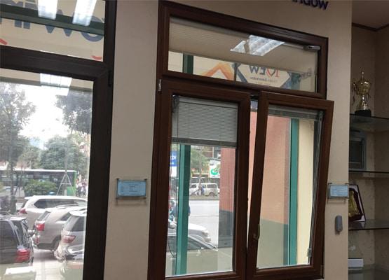 Cửa sổ mở quay lật nhôm ốp gỗ